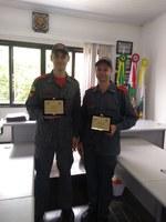 Bombeiro Alisson Pasquali e Gilmar Pering recebem suas placas de homenagem pelos 15 anos de atividades da Corporação